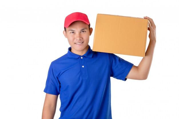 Livreur asiatique transporter colis brun ou des boîtes en carton isolés on white