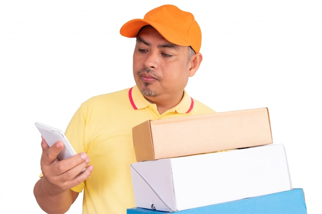 Livreur au bonnet orange et à la chemise jaune, transportant une boîte aux lettres dans un envoi au destinataire