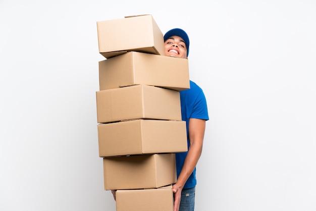 Livreur avec beaucoup de boîtes