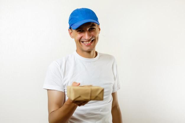 Livreur avec une boîte en carton sur fond blanc