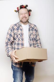 Livreur avec boîte et coiffure de noël