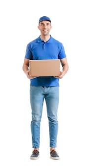 Livreur avec boîte sur fond blanc