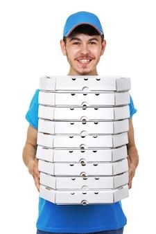 Livreur avec boîte à pizza en carton isolé sur blanc