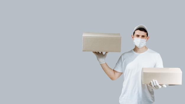 Livreur avec boîtes sur gris