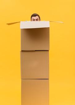 Livreur, cacher, derrière, paquets