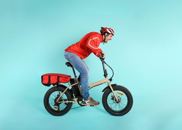 Le livreur court vite avec un vélo électrique pour livrer des pizzas