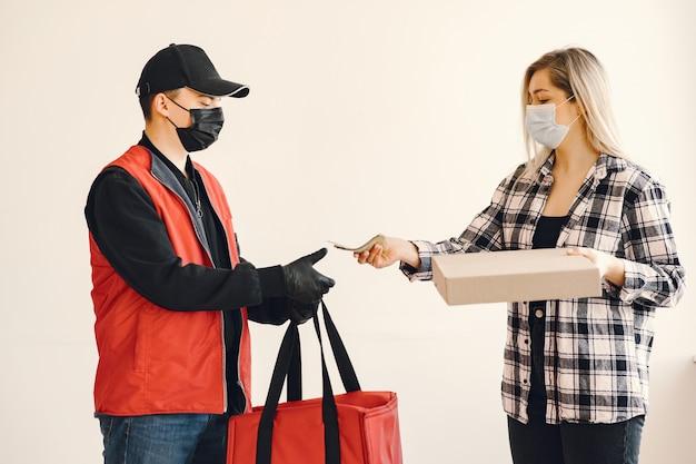 Livreur dans un masque médical avec femme