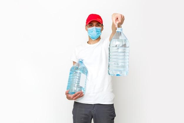 Livreur d'eau fort en masque de protection. isolé sur blanc.