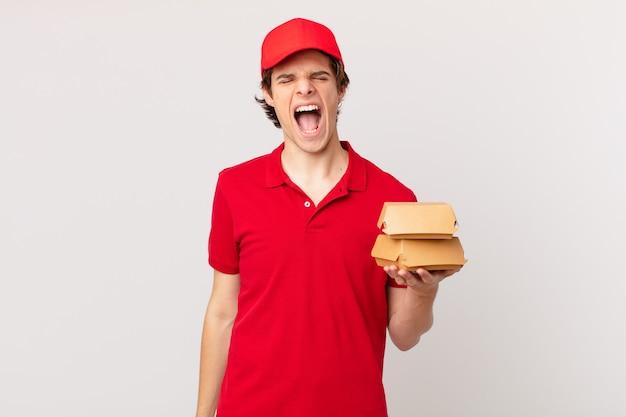 Livreur de hamburgers criant agressivement, l'air très en colère