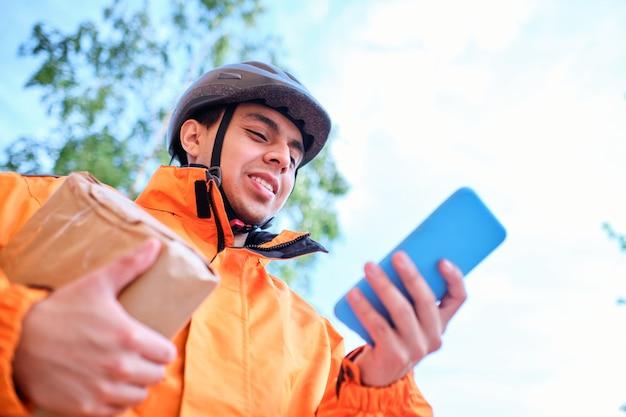 Le livreur latino utilise son téléphone