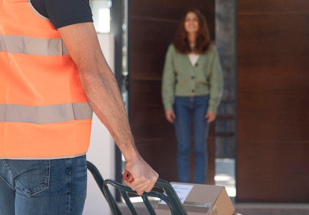Livreur livrant un colis pour une femme