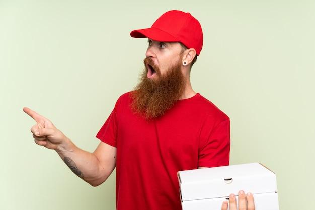 Livreur avec une longue barbe surprise et montrant un doigt sur le côté
