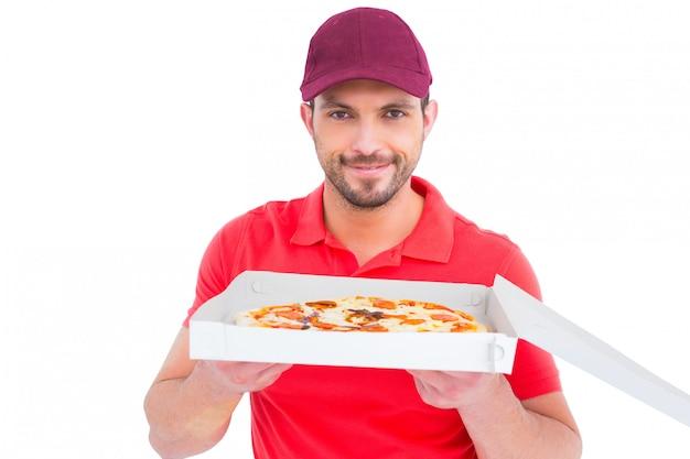 Livreur montrant des pizzas fraîches