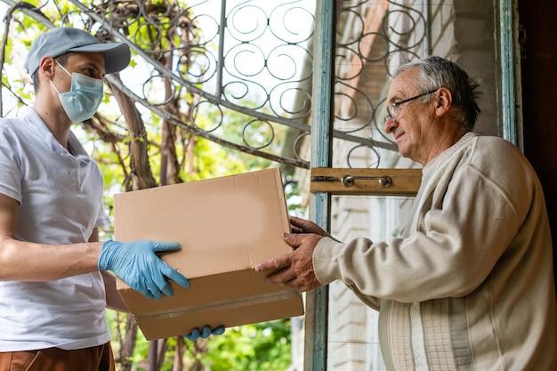 Livreur de nourriture à un homme âgé.