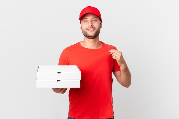Livreur de pizza à l'air arrogant, réussi, positif et fier