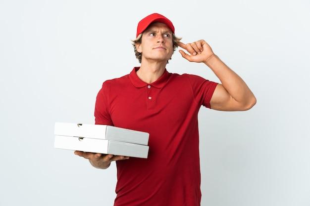 Livreur de pizza sur blanc ayant des doutes et de la réflexion