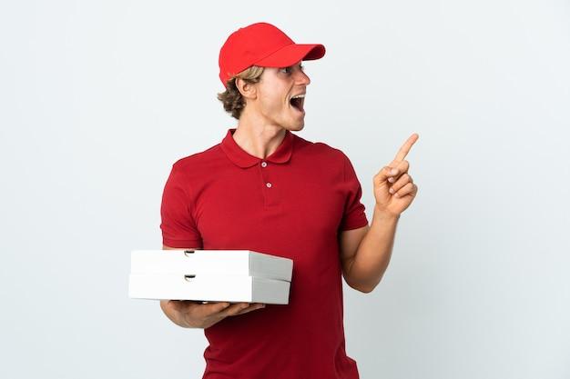 Livreur de pizza sur blanc dans l'intention de réaliser la solution tout en levant un doigt