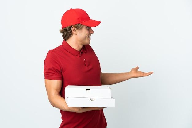 Livreur de pizza sur blanc avec expression de surprise tout en regardant côté