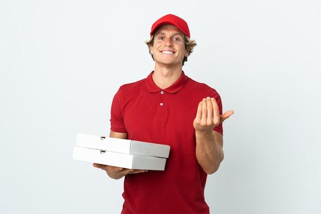 Livreur de pizza sur blanc invitant à venir avec la main.