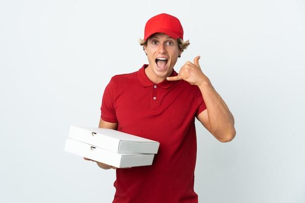 Livreur de pizza sur blanc isolé faisant un geste de téléphone. rappelez-moi signe