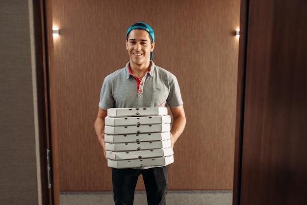 Livreur de pizza avec boîtes, service de livraison