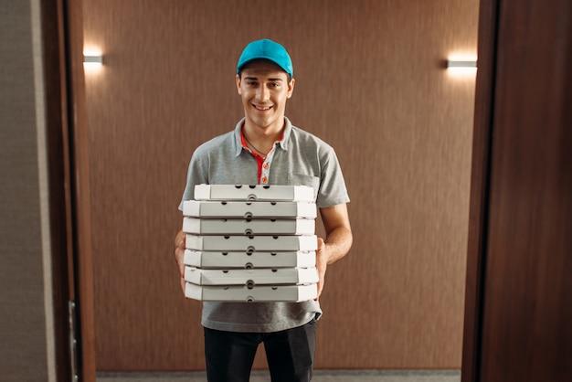 Livreur de pizza avec boîtes, service de livraison.