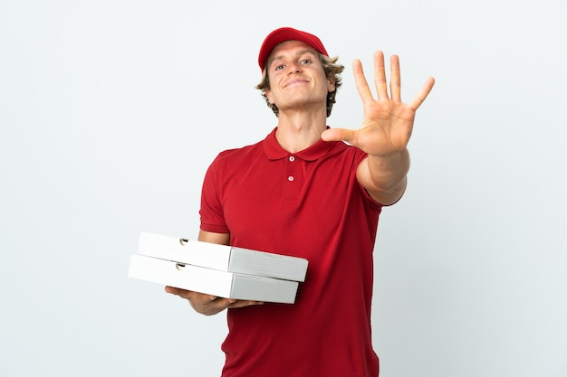 Livreur de pizza sur fond blanc isolé comptant cinq avec les doigts