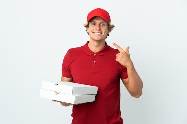 Livreur de pizza sur mur blanc isolé donnant un geste de pouce en l'air