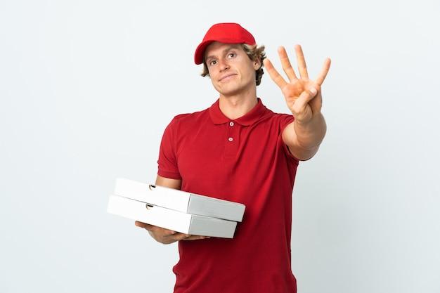 Livreur de pizza sur mur blanc isolé heureux et comptant quatre avec les doigts