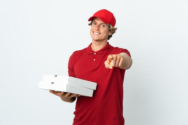 Livreur de pizza sur mur blanc isolé pointant vers l'avant avec une expression heureuse