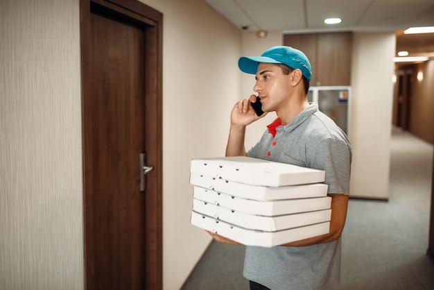 Livreur de pizza à la porte des appels au client