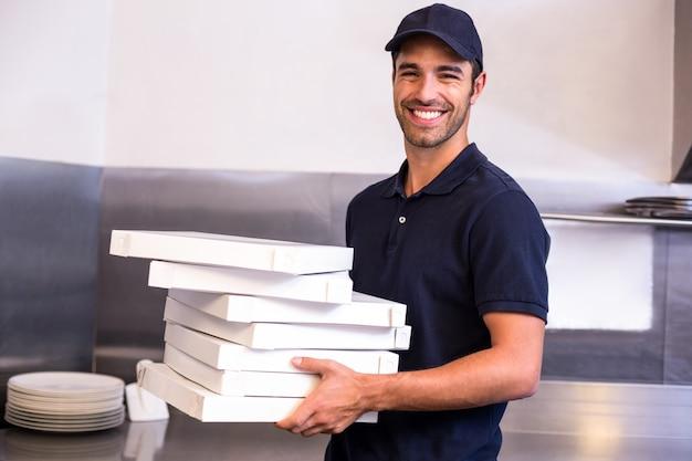 Livreur de pizza transportant des boîtes