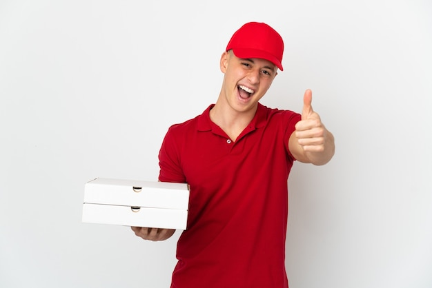Livreur de pizza avec uniforme de travail ramasser des boîtes de pizza isolé sur fond blanc avec les pouces vers le haut parce que quelque chose de bien s'est passé