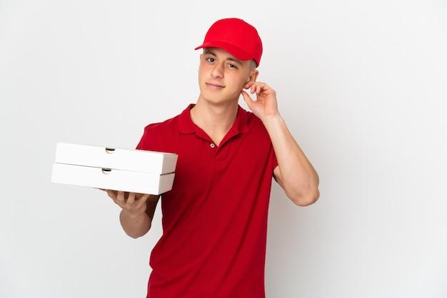 Livreur de pizza avec uniforme de travail ramasser des boîtes de pizza isolées