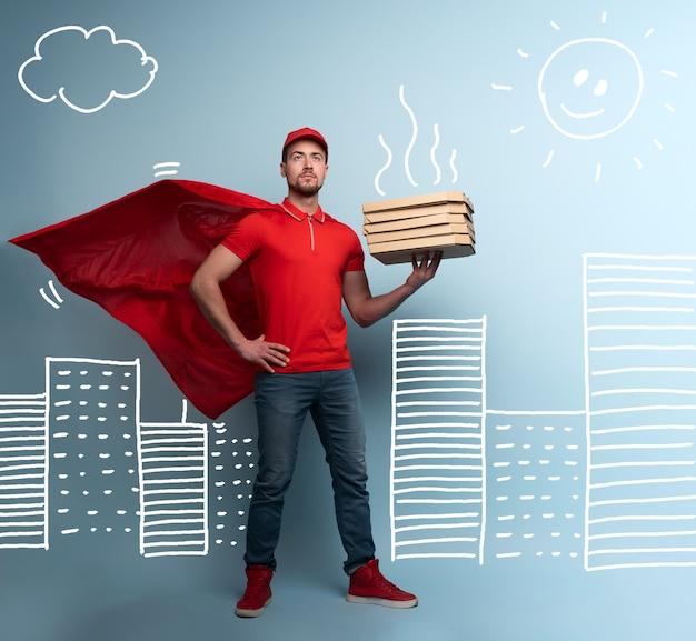 Le livreur avec des pizzas agit comme un super-héros puissant