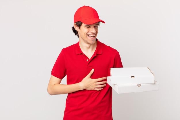 Livreur de pizzas riant aux éclats d'une blague hilarante