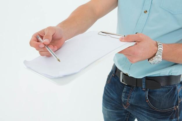 Livreur avec presse-papiers demandant la signature