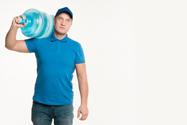 Livreur stoïque transportant une bouteille d'eau