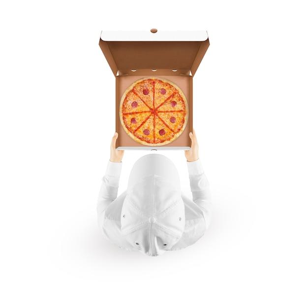 Livreur tenant une maquette de boîte à pizza avec une pizza savoureuse à la main isolé sur blanc