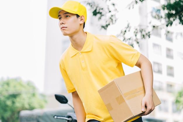 Des livreurs asiatiques courent sur la route pour livrer des marchandises aux clients