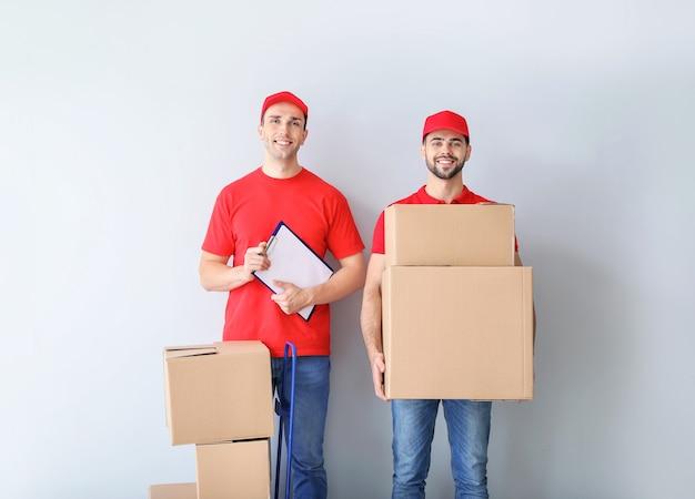 Livreurs avec boîtes