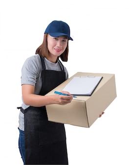 Livreuse en chemise et tablier gris avec une pile de boîtes transporte un colis et présente le formulaire de réception isolé