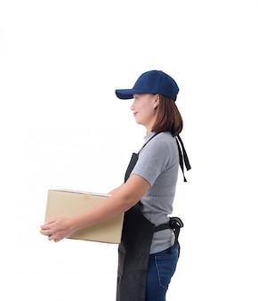 Livreuse en chemise et tablier gris tient des boîtes isolées