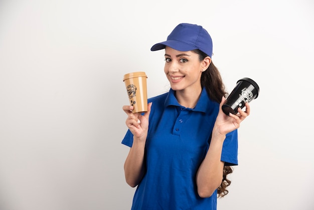 Livreuse heureuse et positive avec des tasses de café. photo de haute qualité