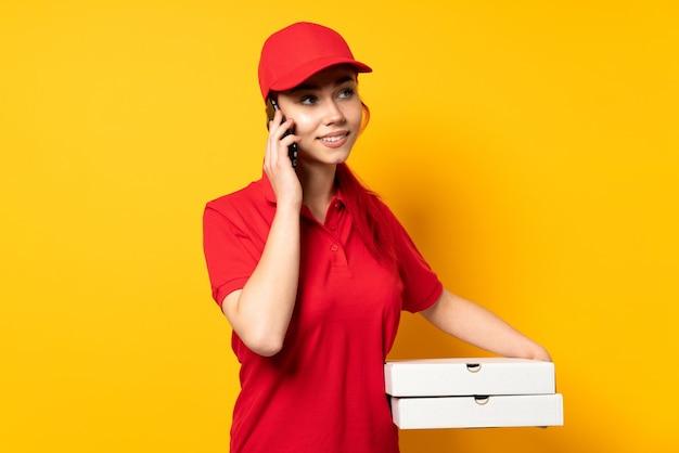 Livreuse de pizza tenant une pizza