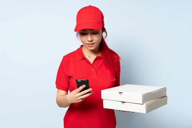 Livreuse De Pizza Tenant Une Pizza Photo Premium