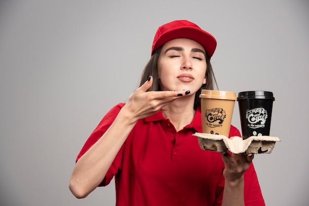 La livreuse sent les tasses à café.