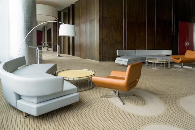 Lobby d'hôtel moderne avec couloir ou salon de bureau.