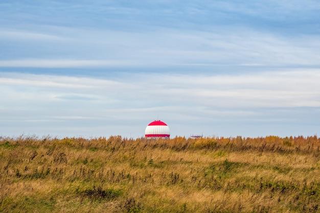 Localisateur de route de l'aéroport. station radar dans le champ d'automne.