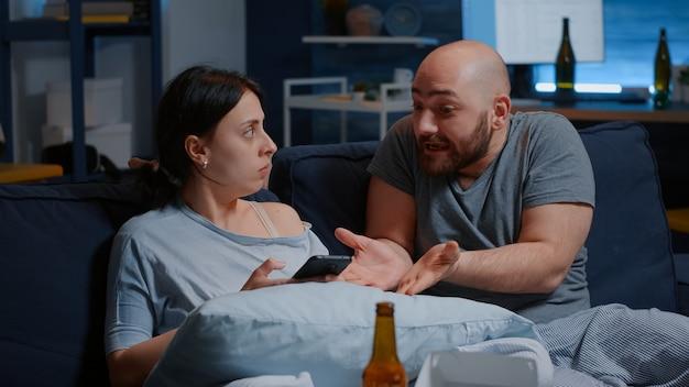 Les locataires fâchés de mari et de femme calculant des paiements de ménage